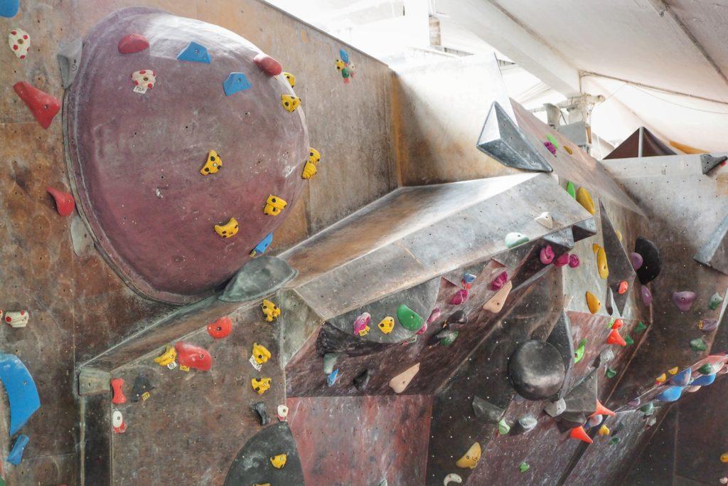 """Der Wandbau in der Citymonkey Boulderhalle Essen. Dies ist einer der Bereich zum """"Draufklettern"""", von dem Mike im Interview redet."""